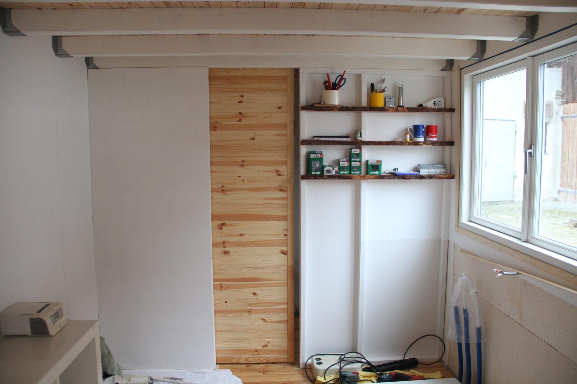 Badwand mit Schiebetür im Tiny House