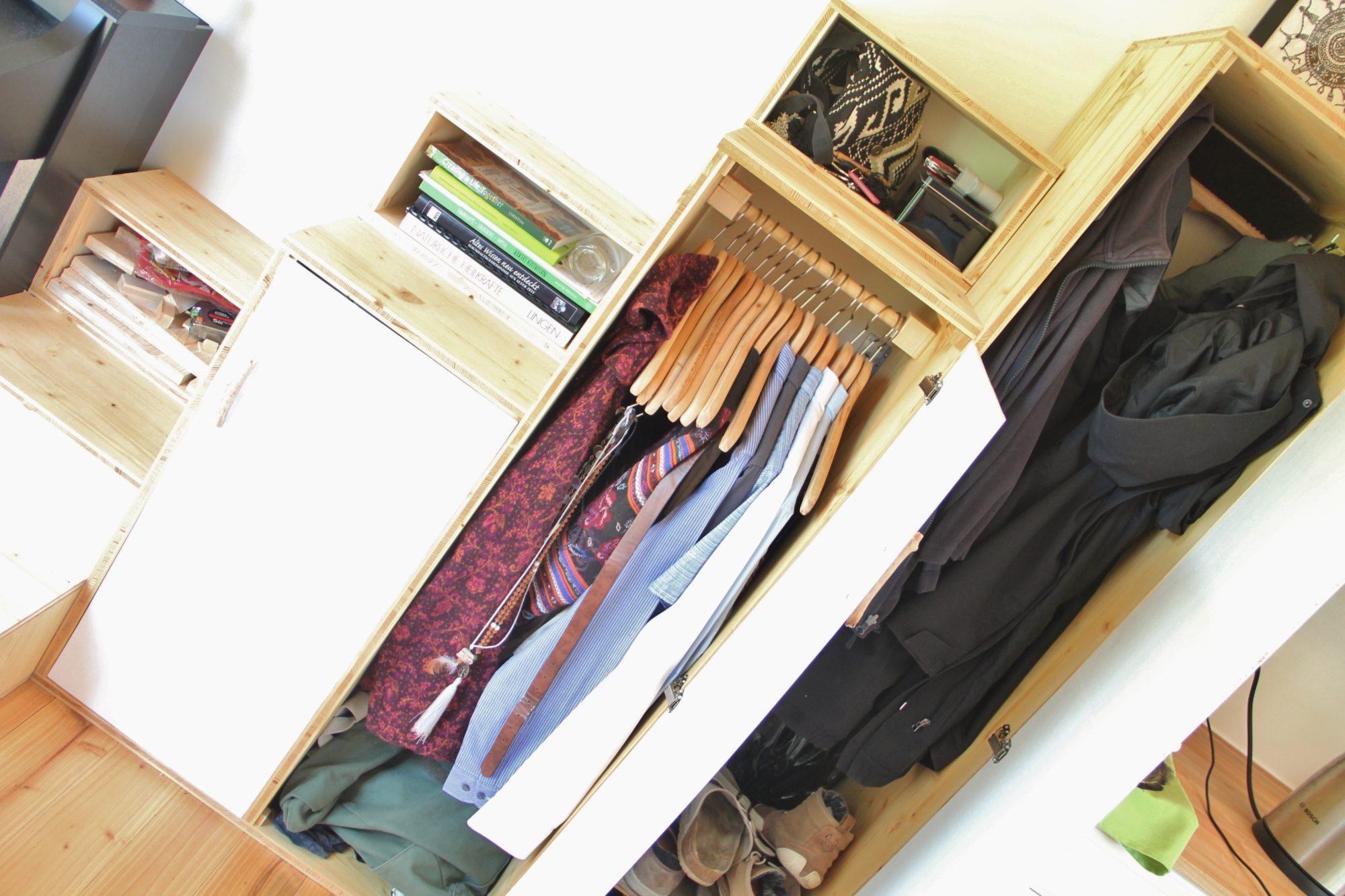 Kleiderschrank im Tiny House – wie viel Platz haben wir für Klamotten?