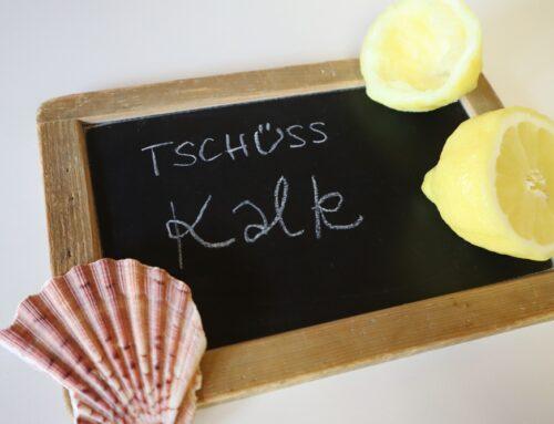 Mit ausgepressten Zitronen und Muscheln Kalk entfernen